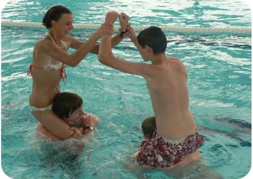 Hry v bazénu s dostupným dnem