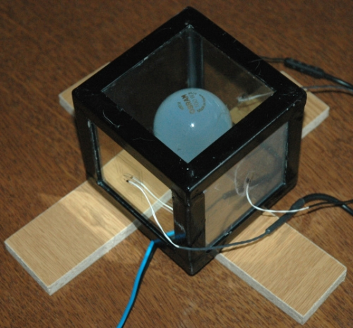 Krychlová nádoba připravená k experimentu