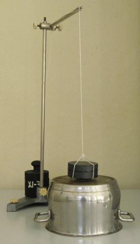 Druhý krok experimentu: kývání magnetu nad hrncem