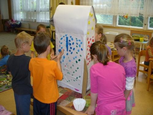 Děti při výrobě rakety