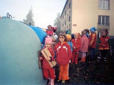 V mateřské škole Březová společně s dětmi třídíme odpad.