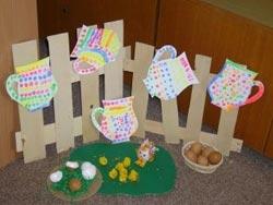 Panenka z kartónové ruličky, kytičky jsou vytvořené z hoblinek proutků
