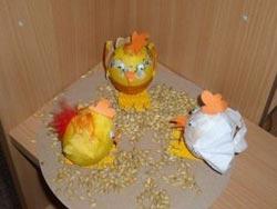 Kuřata z vyfouknutého vajíčka, polepená ubrouskem