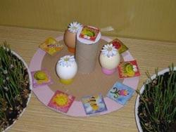 Vajíčkový kolotoč - obrázky na kruhovém podkladu jsou nalepené na vyšším kartonu a podlepené pouze d