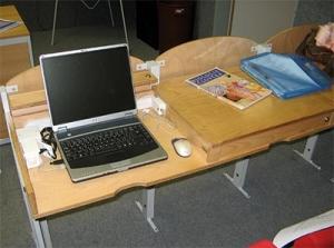 Počítačové pracoviště VOŠ, SPgŠ a OA v Mostě slouží jako běžná lavice, po odemknutí zámečku a odklop