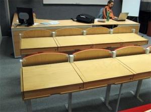 Multimediální učebna mostecké školy v okamžiku, kdy se využívá jako tradiční přednášková místnost.