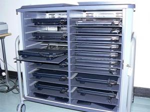 Mobilní uzamykatelná počítačová skříň pro ukládání a dobíjení přenosných počítačů.