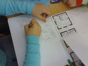 Žáci si připravují půdorysy svých domů.