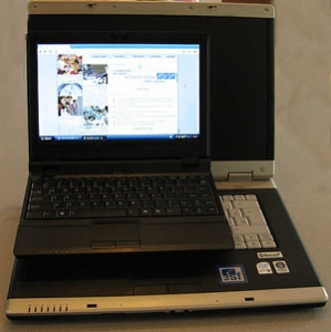 Rozměry počítače v porovnání s notebookem s úhlopříčkou 15,4 palců