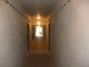 Chodba v jedné z budov muzea památníku Vojna