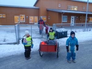 Děti si vše potřebné k rybolovu připraví se svými učitelkami ve školce. Cesta ze školky ke fjordu v