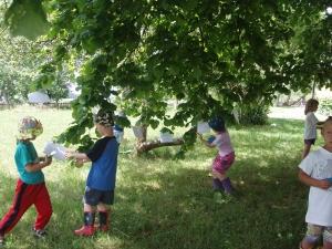 Papíroví ptáčci na stromě