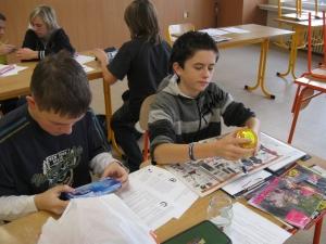 Žáci hledají značky na obalech