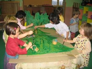 Děti malují kulisy k pohádce