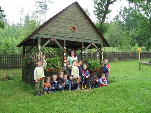 Altán, který slouží ke hrám dětí ve venkovním prostředí.