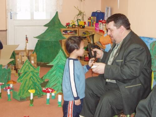 3. Na hudební nástroje si zkoušely zahrát i děti.