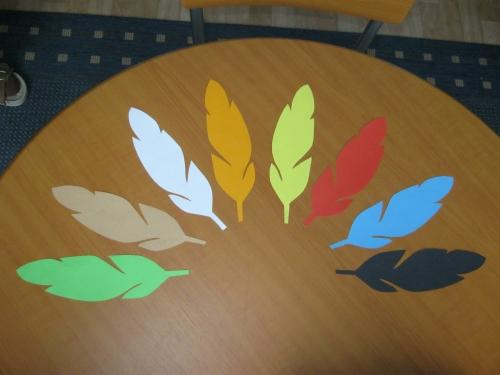 Indiánská péra z barevných papírů
